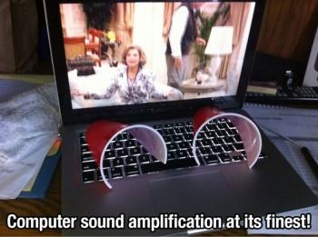 Kelímky stačí položit na klávesnici.