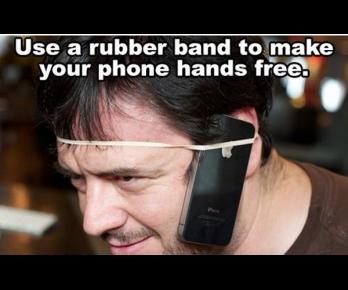 Mobil přidělaný gumičkou k hlavě