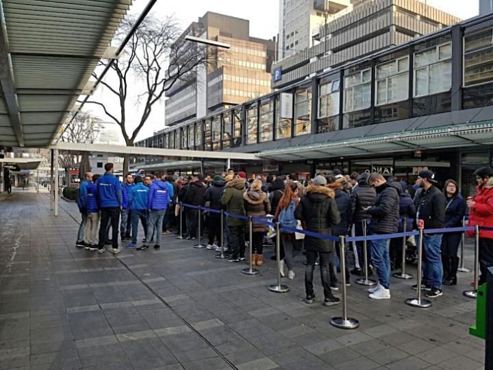 Lidé čekající ve frontě na nové vlajkové loodě od Samsungu
